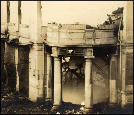 Ce qu'il reste des Grands Magasins Modernes après l'incendie